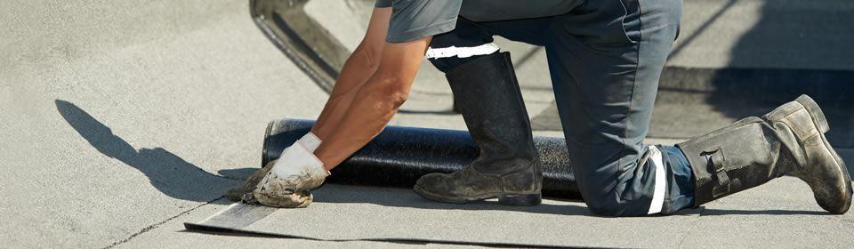dakdekker aan het werk op het dak